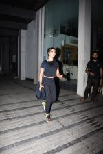 Kim Sharma spotted at gym in Khar on 17th June 2019 (12)_5d0894293048c.JPG