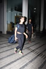 Kim Sharma spotted at gym in Khar on 17th June 2019 (13)_5d08942acb16b.JPG