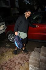 Kunal Khemu spotted at gym in Khar on 18th June 2019 (10)_5d09d7f3bfcc4.JPG