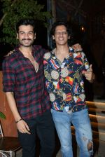 Sunny Kaushal & Vijay Verma spotted at juhu on 21st June 2019 (7)_5d0de681a3612.JPG