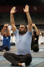 Sunil Shetty at world yoga day in NSCI worli on 21st June 2019 (10)_5d0de795b101c.jpg