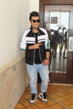 Varun Sharma Spotted Sun N Sand, Juhu For Their Upcoming Film Khandaani Shafakhana on 22nd June 2019 (16)_5d0f31387cc54.jpg
