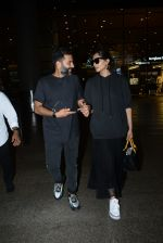 Sonam Kapoor & Anand Ahuja spotted at airport on 26th June 2019 (7)_5d15beed208d5.JPG