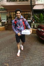 Ishaan Khattar spotted at Bandra on 4th July 2019 (6)_5d1ef02213f11.jpg