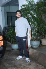 Sidharth Malhotra spotted sunny sound juhu on 8th July 2019 (4)_5d24453649a6f.jpg