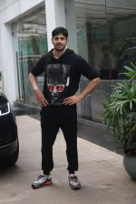 Siddharth Malhotra spotted sunny sound juhu on 18th July 2019 (14)_5d316b9021511.JPG