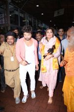 Himesh Reshammiya with wife spotted at Sidhivinayak temple on 24th July 2019 (13)_5d3aa7cd7f24d.JPG