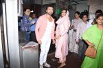 Himesh Reshammiya with wife spotted at Sidhivinayak temple on 24th July 2019 (8)_5d3aa7c4ad694.JPG