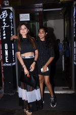 Kanika Kapoor with her daughter at Bastian bandra on 31st July 2019 (6)_5d4295a6e08c9.JPG
