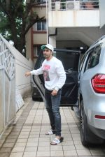 Varun Dhawan spotted at juhu on 1st Aug 2019 (25)_5d43e65e52038.JPG