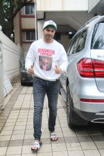 Varun Dhawan spotted at juhu on 1st Aug 2019 (28)_5d43e6710398b.JPG