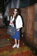 Isha Koppikar spotted at indigo in bandra on 5th Aug 2019 (8)_5d4929d5bdb47.JPG