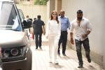 Alia Bhatt spotted at Vishesh films office in Khar on 12th Aug 2019 (19)_5d525d88763f1.JPG