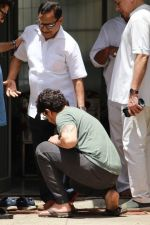 Sonu Nigam at the funeral of Mohammed Zahur Khayyam on 20th Aug 2019 (23)_5d5cf53f84fbd.jpg