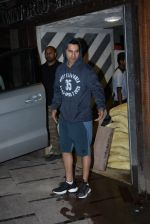 Varun Dhawan spotted at gym in juhu on 21st Aug 2019 (8)_5d5e477203a01.JPG