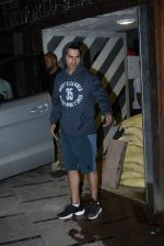 Varun Dhawan spotted at gym in juhu on 21st Aug 2019 (9)_5d5e4774692bb.JPG
