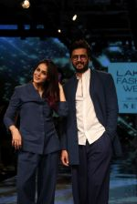 Riteish Deshmukh With His Wife at Lakme Fashion Week 2019 on 22nd Aug 2019 (15)_5d5f8ee4c2671.JPG