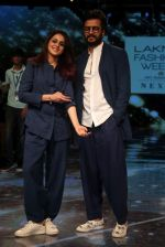 Riteish Deshmukh With His Wife at Lakme Fashion Week 2019 on 22nd Aug 2019 (9)_5d5f8edf7718d.JPG