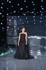 Kareena Kapoor Khan walks for Gauri & Nainika At Lakme Fashion Week 2019 on 25th Aug 2019 (77)_5d639381eed76.jpg