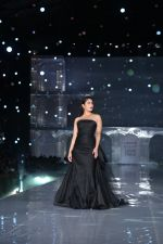 Kareena Kapoor Khan walks for Gauri & Nainika At Lakme Fashion Week 2019 on 25th Aug 2019 (80)_5d639389576c5.jpg