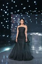 Kareena Kapoor Khan walks for Gauri & Nainika At Lakme Fashion Week 2019 on 25th Aug 2019 (85)_5d639392a90b6.jpg