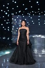 Kareena Kapoor Khan walks for Gauri & Nainika At Lakme Fashion Week 2019 on 25th Aug 2019 (86)_5d639394c9990.jpg