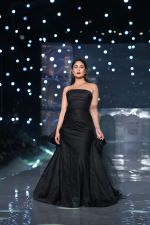 Kareena Kapoor Khan walks for Gauri & Nainika At Lakme Fashion Week 2019 on 25th Aug 2019 (91)_5d63939da4826.jpg
