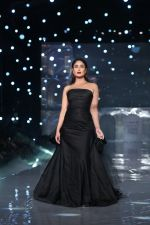 Kareena Kapoor Khan walks for Gauri & Nainika At Lakme Fashion Week 2019 on 25th Aug 2019 (92)_5d63939f6346f.jpg