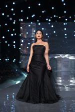 Kareena Kapoor Khan walks for Gauri & Nainika At Lakme Fashion Week 2019 on 25th Aug 2019 (93)_5d6393a12e347.jpg