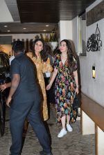 Kareena Kapoor, Karishma Kapoor spotted at anil Kapoor_s house in juhu on 28th AUg 2019 (12)_5d6772278432d.JPG