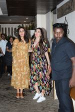 Kareena Kapoor, Karishma Kapoor spotted at anil Kapoor_s house in juhu on 28th AUg 2019 (13)_5d67725f999fb.JPG