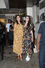 Kareena Kapoor, Karishma Kapoor spotted at anil Kapoor_s house in juhu on 28th AUg 2019 (14)_5d67726282426.JPG