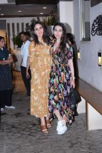 Kareena Kapoor, Karishma Kapoor spotted at anil Kapoor_s house in juhu on 28th AUg 2019 (18)_5d6772676ba78.JPG