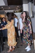 Kareena Kapoor, Karishma Kapoor spotted at anil Kapoor_s house in juhu on 28th AUg 2019 (19)_5d67726a08924.JPG