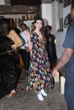 Karishma Kapoor spotted at anil Kapoor_s house in juhu on 28th AUg 2019 (21)_5d677271ea704.JPG