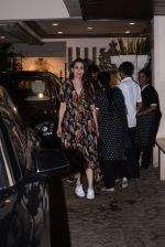 Karishma Kapoor spotted at anil Kapoor_s house in juhu on 28th AUg 2019 (23)_5d677276ba428.JPG