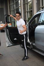 Varun Dhawan spotted at andheri on 28th Aug 2019 (21)_5d677855b6617.JPG