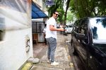 Arjun Rampal spotted at bandra on 12th Sept 2019 (15)_5d7b45018f7e2.jpg