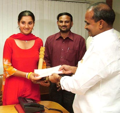 Sania Mirza receiving a cheque of Rupees twenty lakhs from Andhra Pradesh Chief Minister YS Rajashekhra Reddy