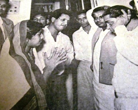 Lata discussing with Gope, Jaikishan, Anilda & others