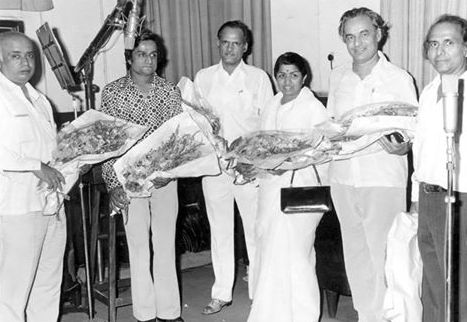 Mukesh with Lata, Shankar, Vithalbhai Patel & others in the recording studio
