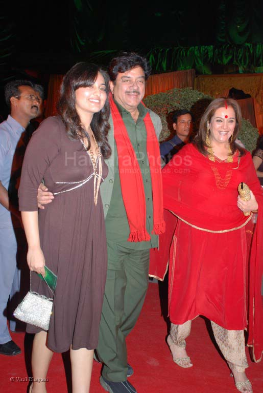 Shatrughan Sinha and his wife Poonam at Jodhaa Akbar premiere at IMAX WADALA on 14th feb 2008