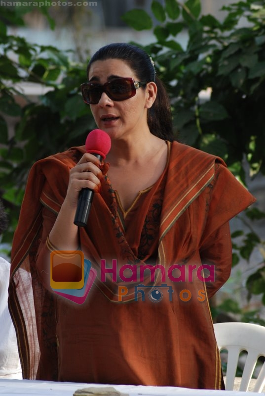 Amrita Singh during the protest against water deluge problems of Juhu in Kaifi Azmi park on May 31st 2008