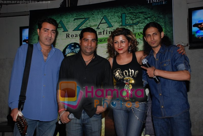 Hard Kaur at Pakistan's biggest band Azal in India in Rock Bottom on June 24th 2008