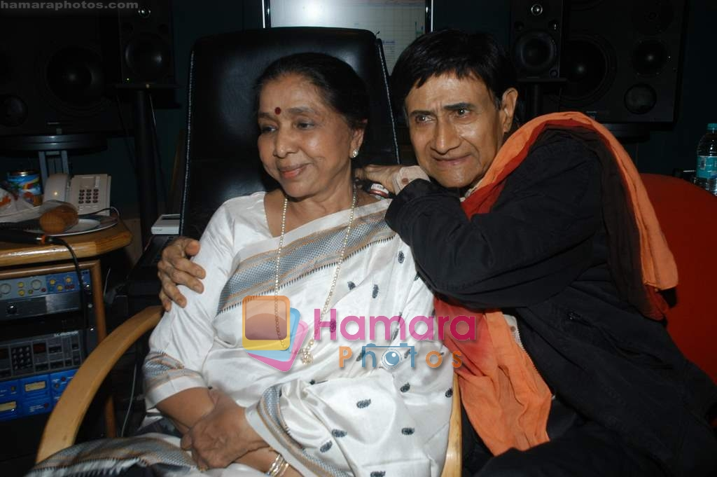Dev Anand and Asha Bhosle record a song together in Spectral Harmony, Mumbai on 10th October 2008