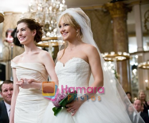 Anne Hathaway, Kate Hudson  in still from the movie Bride Wars