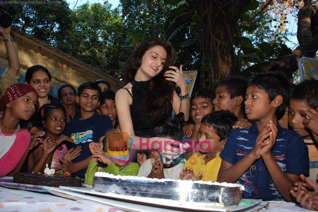 Monica Bedi celebrates her birthday with kids in Mahalaxmi on 25th December 2008