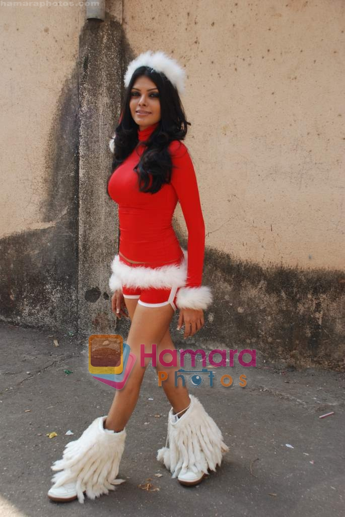Sherlyn Chopra spends Christmas with kids in Bombay Central on 25th December 2008
