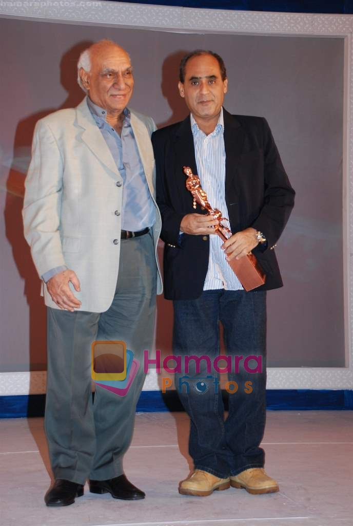 Yash Chopra with Neeraj Pandey at the V Shantaram Award Ceremony in JW Marriott on 26th Dec 2008