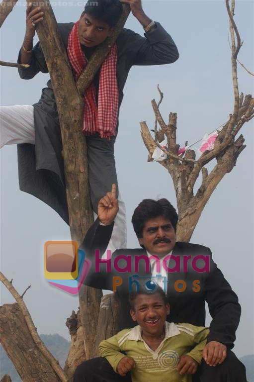 Ehsaan Qureshi, Raju Shrivastava on Location of Film Bhavna Samjha Karo on 30th December 2008